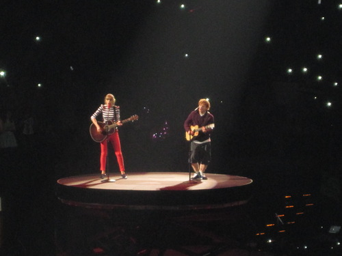 File:Ed performing with Taylor on Red Tour.jpg