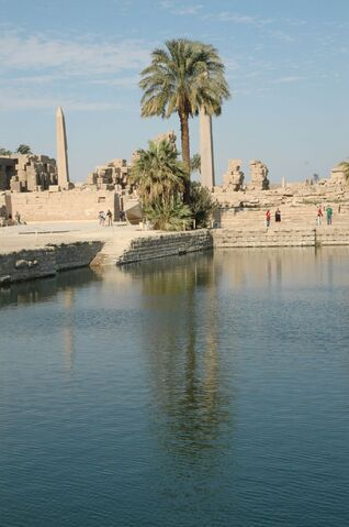 Plik:Tempio di Karnak lago sacro.jpg