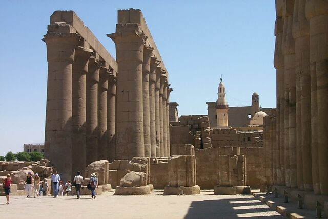 Plik:Colonnade seen from the Court of Amenhotep II, Luxor, Egypt.jpg