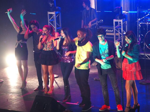 File:Victorious Cast in Concert.jpg