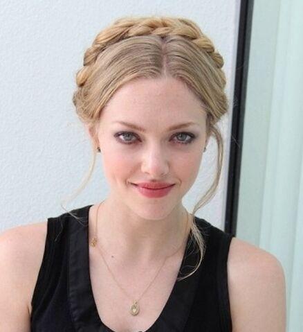 File:Amanda-Seyfried-Hairstyles-Braided-Updo.jpg