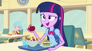 Twilight talking with Fluttershy at lunch EG