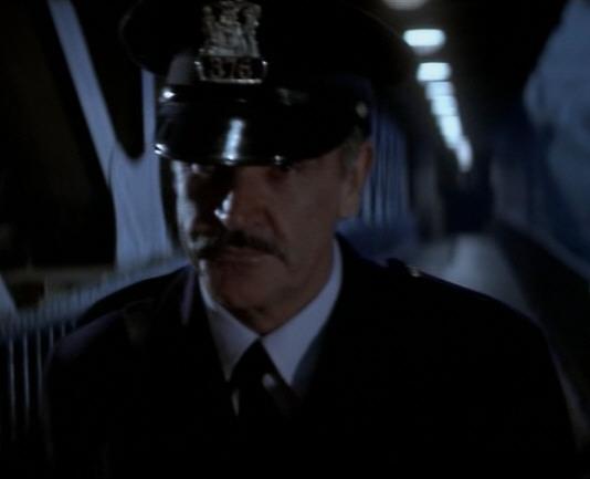 Archivo:Viejo policía.png