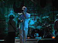 Archivo:200px-Padova REM concert July 22 2003 blue.jpg