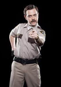 Archivo:Joe Lo Truglio vestido de policia.jpg