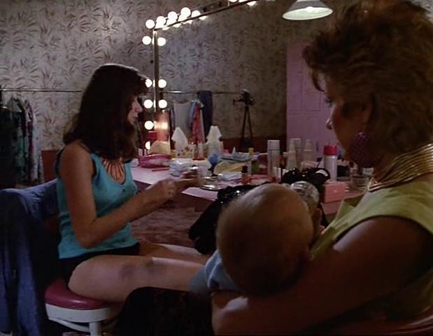 Archivo:Dorothy y Annie con el bebé.png