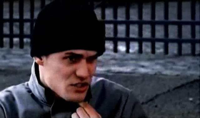 Archivo:Grand Theft Auto 2 The Movie - El conductor notificando el robo de la furgoneta.png