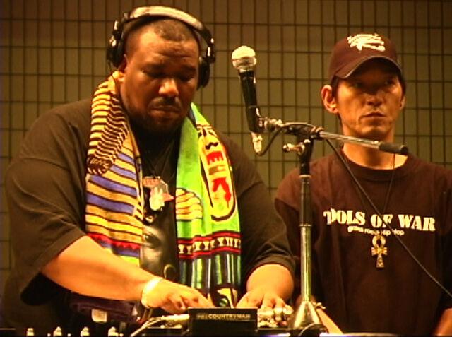 Archivo:Afrika Bambaataa and DJ Yutaka (2004).jpg