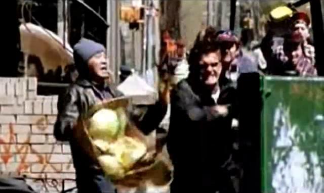Archivo:Grand Theft Auto 2 The Movie - Claude golpeando a un vagabundo.png