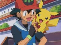 Archivo:EP332 Ash enseñando la medalla a Pikachu.png