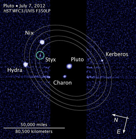 Archivo:Pluto moon P5 discovery with moons' orbits.jpg