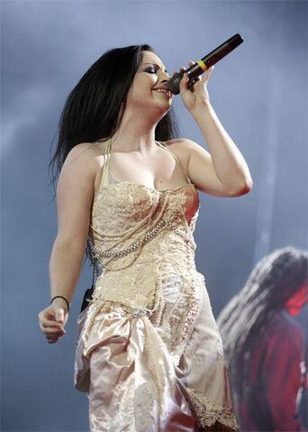 File:Amy live.jpg