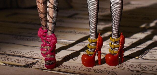 File:Diorama - shoes of BBAW.jpg