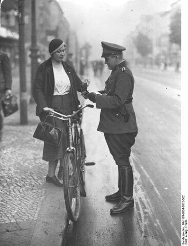 Datei:Bundesarchiv Bild 183-2004-0512-502, Berlin, Verkehrskontrolle.jpg