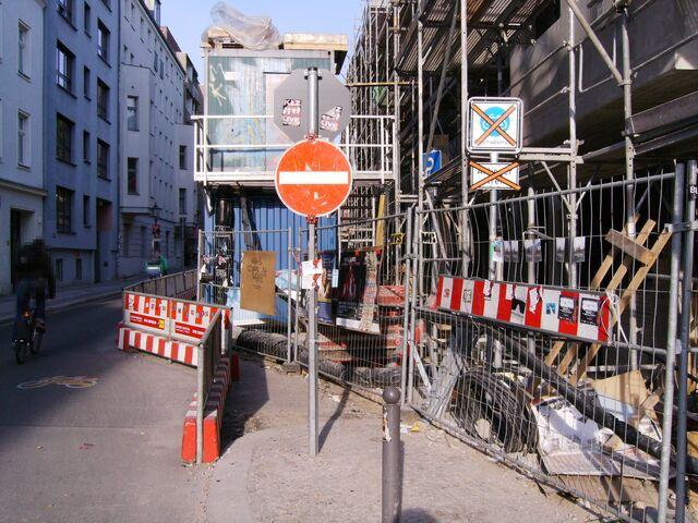 Datei:Wegen Baustelle aufgehobene Fahrradstraße Linienstraße östlich der Rosenthaler Straße.jpg