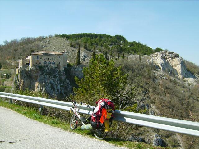Datei:Bergstraesschen bei L'Aquila.jpg