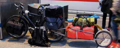 Einradanhaenger mit Urlaubsgepäck