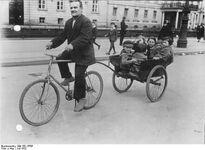 Bundesarchiv Bild 102-13705, Berlin, Fahrrad mit Anhänger
