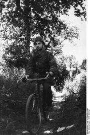 Bundesarchiv Bild 101I-582-2114-08, Frankreich, Fallschirmjäger mit Fahrrad.jpg