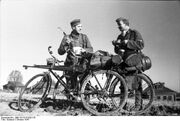 Bundesarchiv Bild 101I-213-0291-35, Russland-Nord, zwei Soldaten mit Fahrrädern.jpg