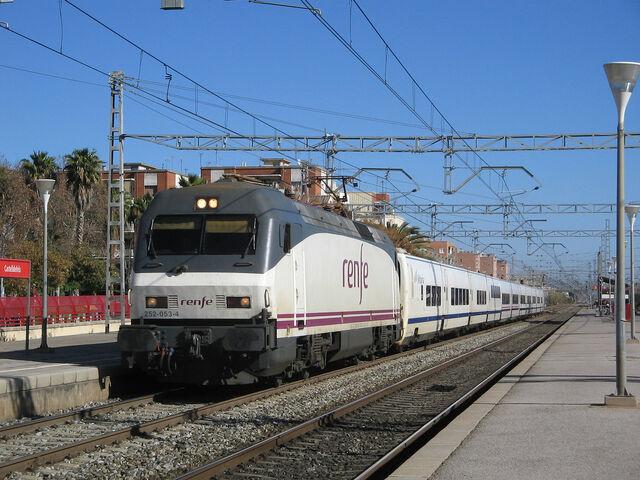 Archivo:252-053-4 with talgo train at Castelldefels.jpg