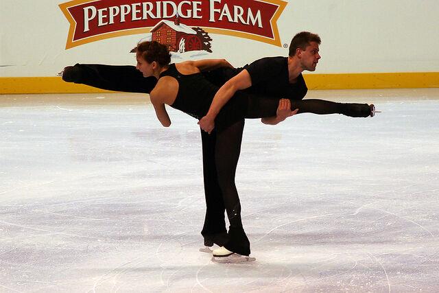 File:Dominika Piatkowska & Dmitri Khromin Spin - 2006 Skate America.jpg