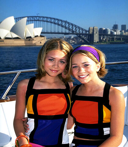 File:Mary-kate-ashley-olsen-zumaphotos092862-our-lips-are-seale.jpg