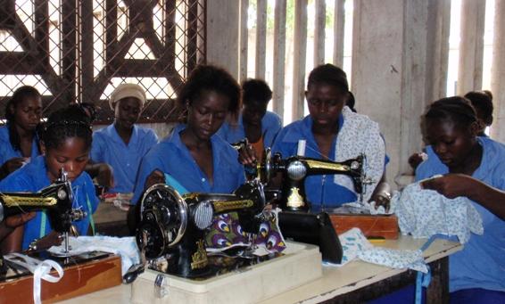 File:Jeunes filles apprenant la couture - Ecole Spéciale de Brazzaville.jpg