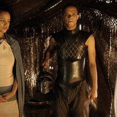 Missandei i Szary Robak rozmawiają z Daenerys.