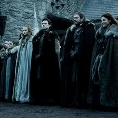 """Starkų giminė su savo dvariškiais Vinterfele laukia Karaliaus Roberto """"<a href="""