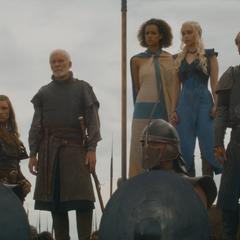 Missandei stoi przy swojej królowej.