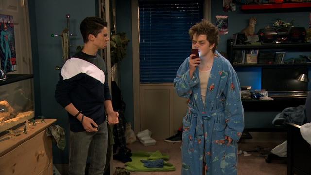 File:Season 1, Episode 3 - Wendell kissing phone.png