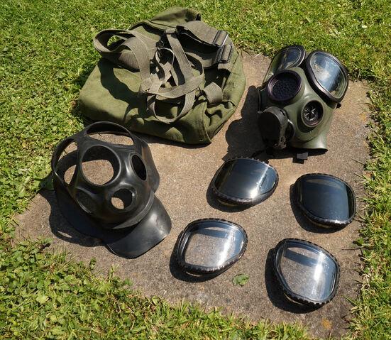 File:M40A2 & MCU-2P Gas Masks (3).jpg