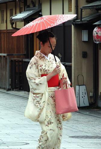 640px-Kimono lady at Gion, Kyoto