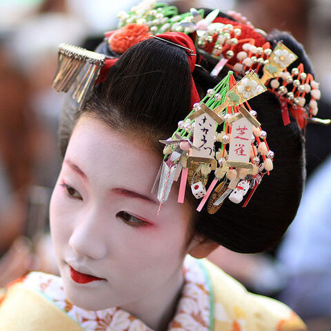 File:Young maiko-hair ornaments.jpg