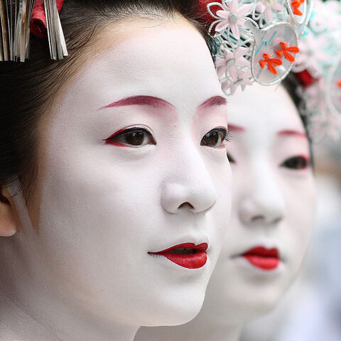 File:Faces-geisha-red-lips.jpg
