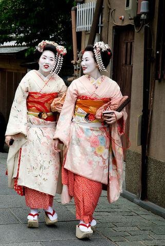 File:Kyoto-tourist-geisha.jpg