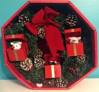 Rare 14'' GEMMY Christmas Door Wreath Singing Animated Mice Gifts Box~Pine Cones