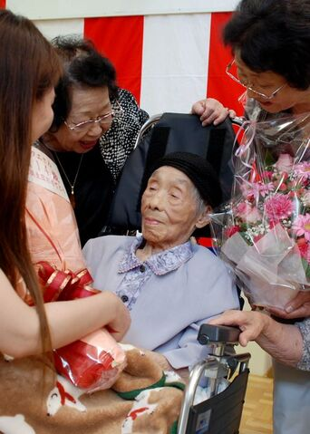 File:Tae Ito on her 114th birthday.jpg