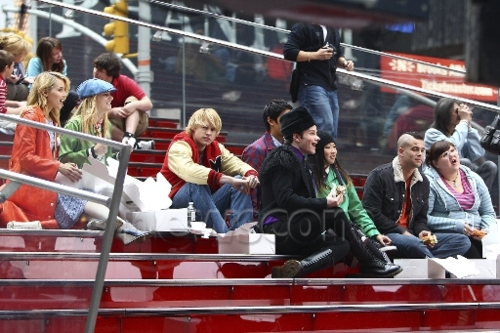 File:Glee gang in nyc 2.jpg