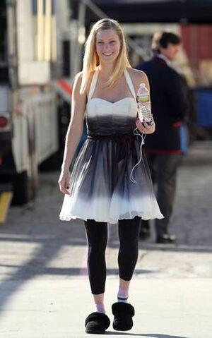 File:Brittany Pierce von GLEE mit emu Jolie.jpg