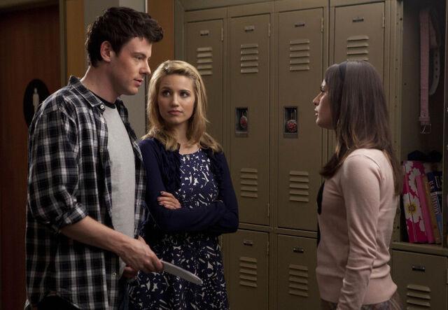 File:S2E17 Finn, Quinn and Rachel.jpg