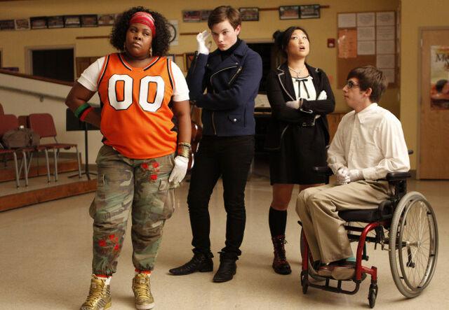 File:Glee-1x01-Tina5-Kurt-Hummel-Arty-Abrams-Mercedes-Jones-Promo-05.jpg