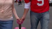 1x02 Finn helps Rachel with her bag