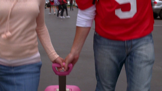 File:1x02 Finn helps Rachel with her bag.PNG
