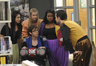 File:318px-Kevin-mchale-chris-colfer-jenna-ushkowitz-amber-riley-heather-elizabeth-morris-nell-episodio-bad-reputation-di-glee-161939.jpg
