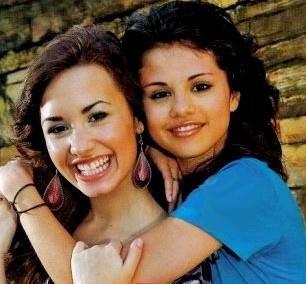 File:Selena+Gomez++Demi+Lovato+126f69374a23c5a5 2561633269 98.jpg