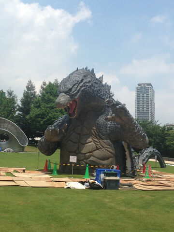 File:LegendaryGoji Statue In A Tokyo Park 4.jpg