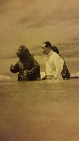 File:KKvG - KingGodzilla swims swimmingly.jpg