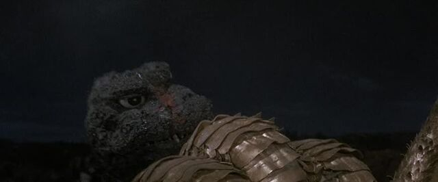 File:Godzilla grabs Ghidorah by his heads.jpg